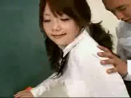 黒板前で同級生のチンコを尻コキする変態女子校正!!