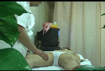 マッサージ無料熟女動画。歌舞伎町にある猥褻行為をしまくる治療院のマッサ...
