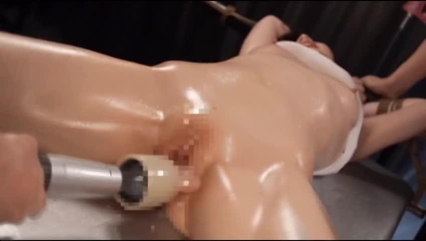 両手足を拘束された美女がパイパンマンコに特殊電マをねじ込まれ刺激される度に潮を吹きもらしてアクメする